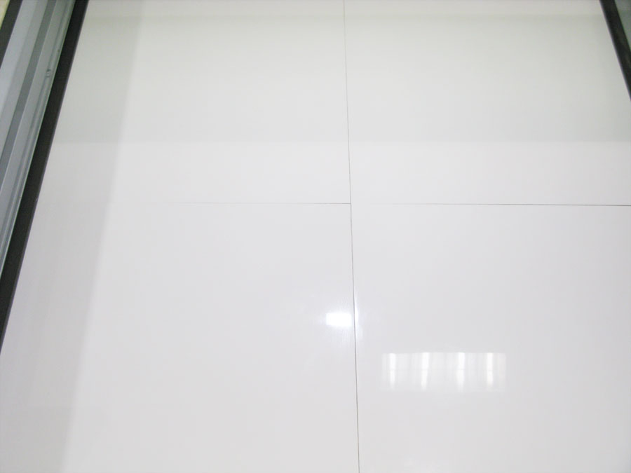 Carrelage blanc brillant pour sol for Carrelage salle de bain brillant