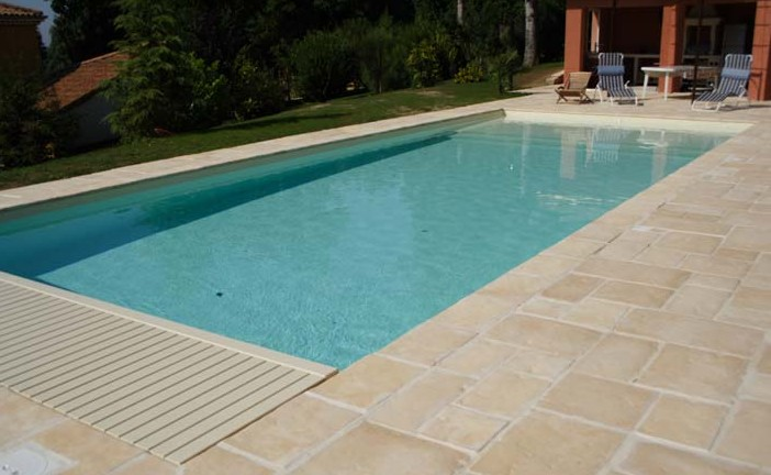 Dallage r alis en pierre avant d tre joint qui sera for Joint carrelage piscine